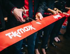 Shopping-Fans feiern begeistert die Eröffnung des neuen TKMaxx Stores in Frankfurt am Main