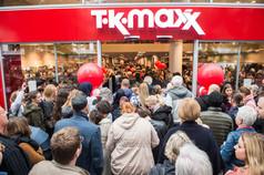 Shopping-Fans feiern begeistert die Eröffnung des neuen TKMaxx Stores in Duisburg